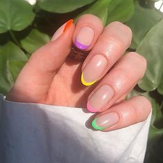 Sei pronta a trasformare le tue unghie per l'estate 2021? In questo articolo parleremo dei colori più in voga, del tipo di smalto, della manicure e delle decorazioni per sfoggiare delle vere nails a prova di Instagram! Frensh Nails, Neon Nails, Rainbow Nails, Nail Manicure, Swag Nails, Manicure For Short Nails, Nail Design For Short Nails, Neon Nail Art, Yellow Nails Design