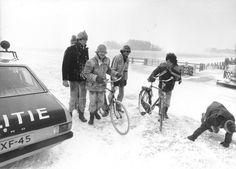 15 februari 1979  Gevolgen van de strenge winter. Mensen hebben moeite met fietsen door het sneeuw en ijs, en door de harde wind.