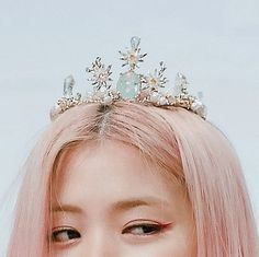 Image discovered by нu¡ 辉࿐. Find images and videos about kpop, details and crown on We Heart It - the app to get lost in what you love. Matching Wallpaper, Heart Crown, Role Player, Cute Icons, Kpop Aesthetic, I Icon, Cover Photos, Girl Crushes, Kpop Girls