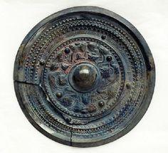 El secreto de los espejos mágicos chinos Chinese Emperor, Luoyang, Mirror Link, Bronze Mirror, Antique Market, Fantasy Miniatures, Wave Pattern, Chinese Antiques, Archaeology