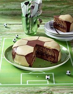 Das Rezept für Fussball-Schokoladen-Torte und weitere kostenlose Rezepte auf LECKER.de