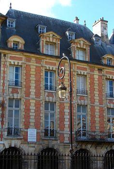1 bis, Hôtel Coulanges, vue sur la Place des Vosges.- 1) N° 1 bis côté impair: Hôtel Coulanges. Hôtel bâti en 1606 pour PHILIPPE 1° DE COULANGES et pour sa femme MARIE DE BEZE. Leur petite-fille, MARIE-RABUTIN-CHANTAL, future marquise de SEVIGNE, y est née le 5 février 1626. Elle y a écrit une partie de ses lettres et a d'ailleurs une rue à son nom, à moins de 200 m. Le peintre postimpressionniste Georges Dufrénoy (1870-1943) y vécut de 1871 à 1914, date de son déménagement pour ...