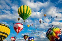 佐賀インターナショナルバルーンフェスタは、佐賀県佐賀市嘉瀬川河川敷をメイン会場に毎年11月上旬に開催される、スカイスポーツではアジア最大級を誇る熱気球の国際フェスティバル(競技大会)