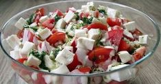 Sałatka z pomidory z feta. Prosta i szybka sałatka, która świetnie pasuje do grilla, na imieniny czy każdą inną imprezę. Lekka, dzięki połączeniu majonezu z jogurtem naturalnym. Połączenie czerwonych pomidorów, białej fety, i zielonej bazylii daje naprawdę świetny efekt: zarówno kolorystyczny, jak i smakowy. Anti Pasta Salads, Pasta Salad Recipes, Veggie Recipes, Dinner Recipes, Cooking Recipes, Healthy Recipes, Healthy Food, Appetizer Salads, Polish Recipes