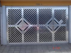 Modelos de portões de alumínio – Preços | Decorando Casas Home Gate Design, Front Gate Design, Door Design, Gate Designs Modern, Grill Gate, Large Gazebo, Dining Table Legs, Front Gates, Gate House