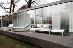 muebles de diseño en la terraza minimalista