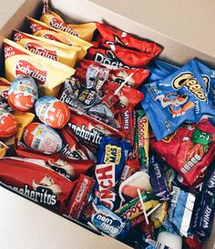 Sleepover Snacks, Party Snacks, Chocolate Candy Brands, Bff Christmas Gifts, Comida Disney, Road Trip Food, Junk Food Snacks, Food Goals, Food Cravings