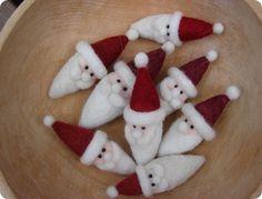 Needle felted Santa's Wool Needle Felting, Needle Felting Tutorials, Needle Felted Animals, Wet Felting, Felted Wool, Felted Scarf, Felt Animals, Felt Christmas Decorations, Felt Christmas Ornaments