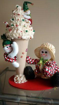 Cono navideño niña nieve