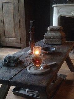 """hele mooie tafel, dat oude """"verslentene""""geeft veel karakter en maakt het geheel van het interieur ook af vind ik"""