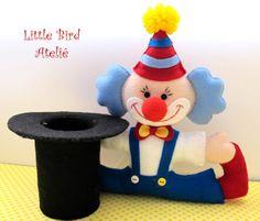 Que tal um palhacinho e uma cartola para colocar como centro de mesa na festinha de Circo? Dá pra prender balões de gás hélio e ainda rechear a cartola com docinhos... hum! O que acha? Little Bird Ateliê - Contato: littlebirdatelie@gmail.com