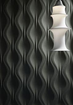 ONDA – Come un tendaggio si sviluppano superfici morbide, le cui linee si armonizzano con ogni tipo di ambiente, creando una parete dalla fluidità percettibile.  Dimensioni pannello: 360 x 1050 x 35 mm Materiali: TRG