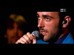 l suo nuovo album è disco d'oro e il singolo, multiplatino. Il 2013 si conferma l'anno di Marco Mengoni e domenica ha cantato live a Quelli che, la trasmissione condotta da Victoria Cabello. Ecco l'esebizione live di Marco Mengoni, Pronto a correre.