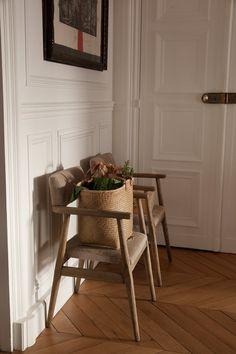 The Socialite Family | Entrée sous bonne garde. #famille #family #ameliegillier #fashion #mode #entrance #entrée #apartement #appartement #chair #chaise #flowers #fleurs #woodflooring #parquet #paris #home #design #art #thesocialitefamily