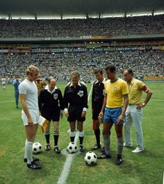 Brazil 1 England 0 in 1970 in Guadalajara. The captains, Bobby Moore and Carlos Alberto, meet before their Group 3 clash at the World Cup Finals. Pure Football, Retro Football, World Football, Vintage Football, Football Players, Iran Football, Football Stadiums, College Football, Bobby Moore