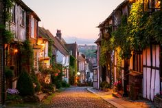 The Most Beautiful Small Towns in the U. Roggen, East Sussex, England The post Die schönsten Kleinstädte in Großbritannien & Aesthetic appeared first on Small town travel . East Sussex, Rye Sussex, Rye England, Dorset England, The Mermaid Inn, Oh The Places You'll Go, Places To Visit, Magic Places, Small Towns