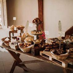 Dessert bar, sweet table; weddingcake Cake Bars, Dessert Bars, Wedding Cakes, Wedding Decorations, Table Settings, Sweet, Desserts, Instagram, Wedding Gown Cakes