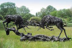 Los Ciervos En celo en bronce by David Goode  Ha recreado tambien otros animales con trozos de madera que devuelve el mar. Artista de Inglaterra que reside en Filipinas