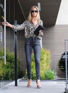 Rosie Huntington-Whiteley Print Blouse - Rosie Huntington-Whiteley sported a stylish leopard-print blouse by L'Agence for her office look. Rosie Huntington Whiteley, Top Models, Irina Shayk, Kourtney Kardashian, Celebrity Dresses, Celebrity Style, Lunette Ray Ban, Leopard Print Outfits, Vogue