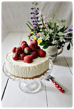 Valkosuklaakakku mansikoilla Sweet Pastries, Strawberry, Fruit, Food, Sweets, Essen, Strawberry Fruit, Meals, Strawberries
