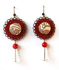 Orecchini in stoffa bordeaux/marrone/ecrù e perle in resina : Orecchini di madebyeleonora