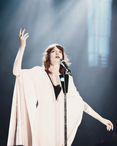 Florence and the machine Florence Welch, Florence And The Machine, Florence The Machines, Beautiful Voice, Beautiful People, Beautiful Women, Amazing People, Fleetwood Mac, Stevie Nicks