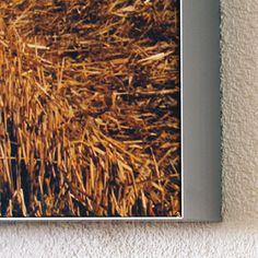Rahmendetail – Akustik-Wandbild. Rahmenvarianten: eloxierter Aluminiumrahmen, Schwarz, Weiß oder Silber  Textil: Grafik nach Vorlage oder Uni-Farben nach Pantone-Farbtabelle  Reinigung: Textilbezug waschmaschinenfest  Demontierbarkeit:  Textil, einfache Demontierbarkeit Rahmen, Demontierbarkeit größenabhängig  Konstruktionsgewicht: ca. 6 kg/m2