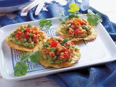 Fruchtige Avocado-Salsa auf knusprigen Tostadas. Der perfekte Appetizer!