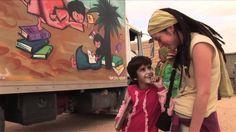 """El Bubisher """"pájaro de la buena suerte"""" es un bibliobús situado en los campos de refugiados del Sáhara. Entra en las escuelas y se abre en los barrios para que las y los saharauis puedan leer cuentos y disfrutar de la lectura. Cuenta con personal saharaui y necesita voluntarios. ¿Quieres venir a leer al desierto? www.bubisher.com"""