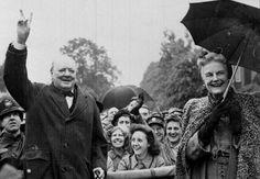 Auf den Spuren des größten aller Briten - Vor 50 Jahren ist Winston Churchill gestorben, der Mann, der die Politik seines Landes prägte und Adolf Hitlers Regime in den Untergang zwang. Ein Lokalaugenschein in und um London. Im Bild: Kriegspremier Winston Churchill und Gattin Clementine feiern mit den Briten das Ende des Zweiten Weltkrieges und den Untergang des deutschen NS-Regimes. Zum Reisebericht: http://www.nachrichten.at/reisen/Auf-den-Spuren-des-groessten-aller-Briten;art119,1711705…