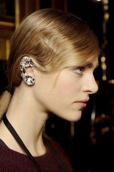 Lleva los ear cuffs como las famosas: look de pasarela Dries Van Noten http://www.glamour.mx/moda/shopping/articulos/los-ear-cuffs-son-el-accesorio-clave-de-temporada/1403