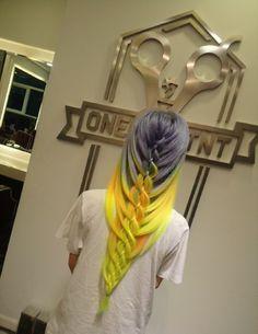 Penteado com os cabelos cinza e amarelo.