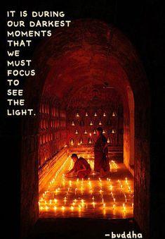 Maestro Buda dice que es justo durante nuestros momentos más oscuros que debemos concentrarnos en ver la luz.