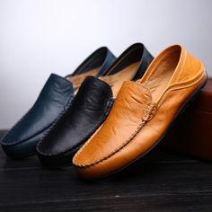 Sapatos na vitrine. lotes de diferentes homens e mulheres