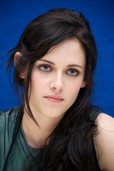 Her makeup here is perfect. Hollywood Celebrities, Hollywood Actresses, Kristen Stewart Twilight, Kristen Stewart Pictures, Kirsten Stewart, Portraits, Woman Face, American Actress, Beautiful Women