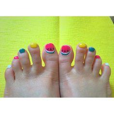 . 子供の足かよって。笑 自分の足するのむずいなー。泣 . #フットネイル #ジェルネイル #セルフネイル #夏ネイル #スイカネイル #ネイル #footnail #jelnail #selfnails #summernails #nails #l4l #like4like