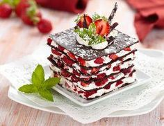 Milhojas de chocolate con nata y fresas