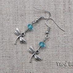 Boucles d'oreilles libellule et perle de verre bleu turquoise, et métal argenté. Bleu Turquoise, Belly Button Rings, Crochet, Silver, Jewelry, Bracelet, Metal, Simple, Glass Beads
