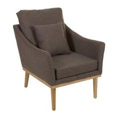 Sillón con estructura en madera de fresno y mdf y asiento tapizado en algodón y poliester y relleno con espuma y fibra.      Ancho: 67 cm     Largo: 77 cm     Alto: 69 cm     Color: Marrón