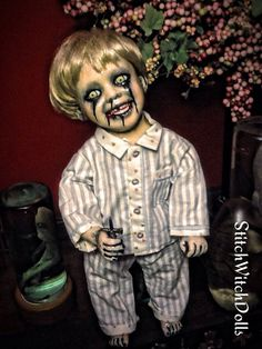 Halloween Doll, Creepy Halloween, Halloween Themes, Halloween Decorations, Halloween 2019, Creepy Kids, Creepy Clown, Creepy Dolls, Scary Baby Dolls