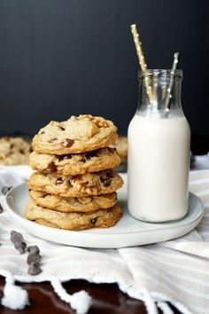 Have you ever wanted to try the legendary NYC Levain cookies? With this recipe for Vegan Levain Chocolate Chip Walnut Cookies, you can make. Vegan Sweets, Vegan Desserts, Vegan Recipes, Vegan Food, Cookie Recipes, Dessert Recipes, Pie Recipes, Baking Recipes, Levain Cookies