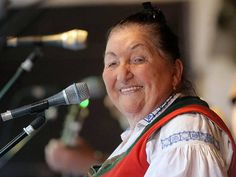 Zlínský kraj – Velmi smutná zpráva. Ve věku nedožitých 88let zemřela vsobotu 11.února nejznámější valašská zpěvačka lidových písní, národní umělkyně Jarmila Šuláková.