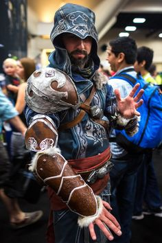 Assassin's Creed cosplay at SDCC 2013 by Tested.com
