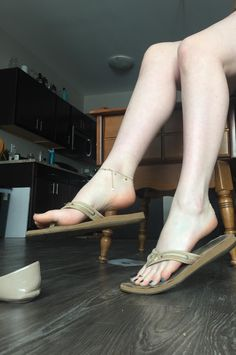 Füße Sandalen women feet in thong sandals Keeping Your Shower Stalls Clean and Tidy Your shower shou Feet Soles, Women's Feet, Teen Feet, Foot Pics, Barefoot Girls, Beautiful Toes, Cute Toes, Sexy Legs And Heels, Sexy Toes