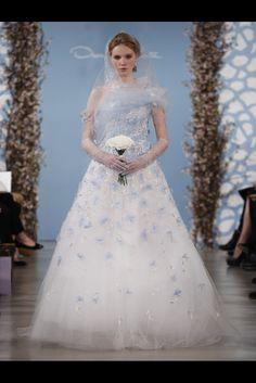 Toque de azul en este vestido de novia de  Oscar de la Renta (SS 2014) #weddingdresses #NYBW