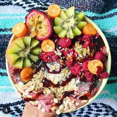 Açai Powder, frozen bananas, coconut water & raspberries. Topped w/ kumquat, kiwi, Passionfruit, chia, oats, raspberries & coconut!  via @theveganfiesta