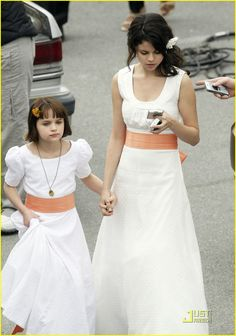Selena Gomez: White Dress Wonderful: Photo Selena Gomez holds onto costar Joey King's hand as they walk back on set of their upcoming flick, Ramona and Beezus. The starlet and Joey even match… Selena Gomez White Dress, Ramona Books, Ramona And Beezus, Hunter King, Alex Russo, Queen Of Everything, Joey King, Kissing Booth, Marie Gomez
