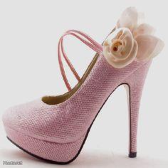 Kauniit vaaleanpunaiset korkokengät