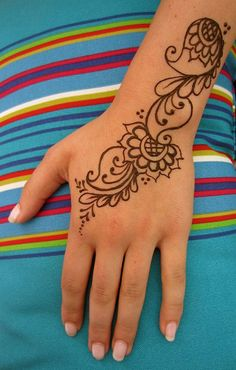 For the Mehndi Lovers I have some Simple and Easy Mehndi Designs. Simle and Easy Mehndi Designs are always favorite for mehndi designing beginners and young girls.there are some beautiful simle and easy mehndi designs suggested for you. Henna Tattoo Designs, Mehndi Tattoo, Henna Tattoos, Henna Tattoo Muster, Henna Ink, Henna Body Art, Paisley Tattoos, Art Tattoos, Tatoos