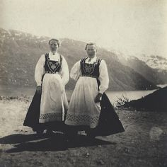 Two Norwegian girls in Hardanger bunads Antique Photos, Vintage Photos, Folk Costume, Costumes, European People, Flying Dutchman, Book Characters, Scandinavian Style, Fashion History